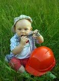Чудесный ребенок с оранжевым шлемом и ключем стоковое фото rf