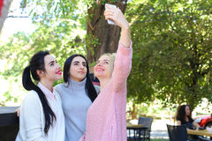 3 чудесных подруги маленькой девочки делают selfie, фото на pho Стоковые Изображения RF