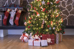 Чулки и дерево рождества стоковые фотографии rf