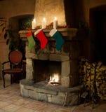 Чулок рождества на винтажном камне кроет камин черепицей Стоковое Изображение