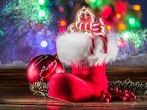 Чулок рождества, человек имбиря игрушки и тросточки конфеты Стоковое фото RF