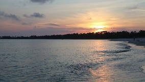 чывство выдержки пляжа дает медленные мягкие волны захода солнца очень видеоматериал
