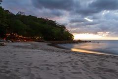 чывство выдержки пляжа дает медленные мягкие волны захода солнца очень Стоковые Фотографии RF