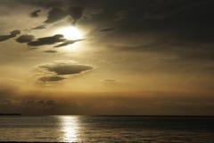 чывство выдержки пляжа дает медленные мягкие волны захода солнца очень стоковые изображения rf