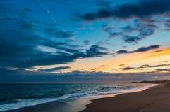 чывство выдержки пляжа дает медленные мягкие волны захода солнца очень Стоковое Изображение RF