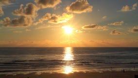 чывство выдержки пляжа дает медленные мягкие волны захода солнца очень акции видеоматериалы