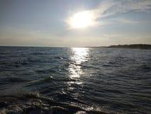 чывство выдержки пляжа дает медленные мягкие волны захода солнца очень Стоковое Изображение