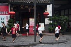 ЧЭНДУ, КИТАЙ, 10-ОЕ СЕНТЯБРЯ 2011: женщины танцуя вне re Стоковые Фото
