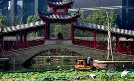 Чэнду, Китай: Крытый мост и шлюпка на длинном городке воды Tan стоковые фото