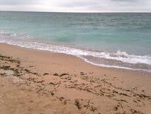 Чёрное море Чёрное море развевает пляж песка Стоковые Изображения RF