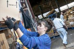 Члены и волонтеры от BookCycle Великобритании нагружают контейнер Стоковые Изображения RF