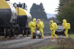 Члены команды HAZMAT обсуждают химическое бедствие стоковые фото