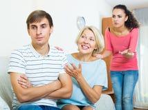 Члены семьи пробуя сделать его вне с обиденным человеком Стоковые Изображения RF