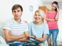Члены семьи пробуя сделать его вне с обиденным человеком Стоковое Изображение