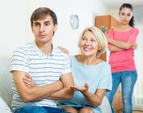 Члены семьи пробуя сделать его вне с обиденным человеком Стоковые Фото