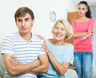 Члены семьи пробуя сделать его вне с обиденным человеком Стоковые Изображения