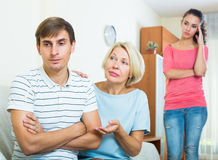 Члены семьи пробуя сделать его вне с обиденным человеком Стоковая Фотография RF