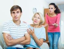Члены семьи пробуя сделать его вне с обиденным человеком Стоковые Фотографии RF