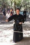Член ежегодного фестиваля рыцарей Иерусалима, одетых как самурай показывает тренировку с шпагой Стоковые Изображения RF