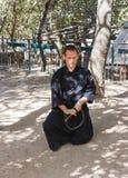 Член ежегодного фестиваля рыцарей Иерусалима, одетых как самурай показывает тренировку с шпагой Стоковое фото RF