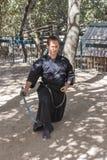 Член ежегодного фестиваля рыцарей Иерусалима, одетых как самурай показывает тренировку с шпагой Стоковое Изображение RF