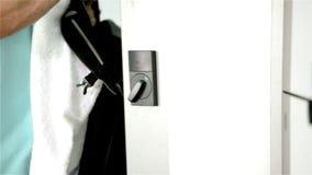 Член спортзала принимает сумку от шкафчика видеоматериал