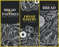 Шаблоны дизайна взгляд сверху хлебопекарни Вручите вычерченную иллюстрацию вектора с хлебом и печеньем на доске мела ретро иллюстрация штока