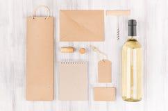 Шаблон для винодельческой промышленности, пустой коричневый kraft упаковывая, канцелярские принадлежности фирменного стиля, товар стоковое фото rf