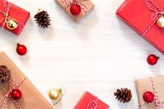 Шаблон для карты рождества или Нового Года В оболочке подарки и украшения положены вне на таблицу r стоковые фотографии rf