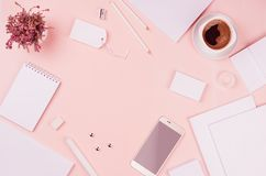 Шаблон фирменного стиля, белые пустые канцелярские принадлежности установил с цветками вереска, кофе, телефоном на backgrou мягко Стоковое фото RF