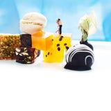 Шаблон десертного меню, карточка концепции влюбленности с целуя парами и помадки Диаграммы человека и женщины, десерты на белизне Стоковая Фотография RF