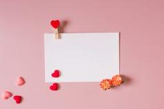 Шаблон канцелярских принадлежностей/фото с струбциной, цветками весны и малыми сердцами Стоковые Фотографии RF