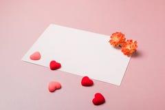 Шаблон канцелярских принадлежностей/фото с цветками весны и малыми сердцами Стоковые Изображения RF
