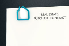 Шаблон контракта недвижимости с isolat бумажного зажима формы дома Стоковые Фотографии RF