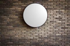 Шаблон - логотип Lightbox круга на темноте - красная кирпичная стена Стоковое фото RF