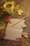 Шаблон осени с высушенными листьями и кофе Стоковое Изображение
