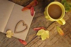 Шаблон осени с высушенными листьями и кофе Стоковые Изображения