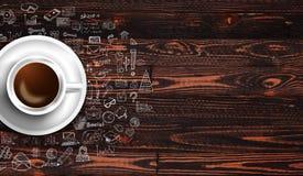 Шаблон предпосылки Infograph с свежим кофе на реальном деревянном столе Стоковое Изображение RF