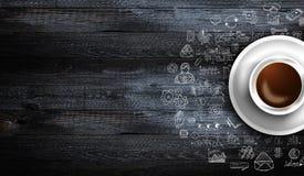 Шаблон предпосылки Infograph с свежим кофе на реальном деревянном столе Стоковое фото RF