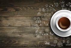 Шаблон предпосылки Infograph с свежим кофе на реальном деревянном столе Стоковые Фотографии RF