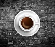 Шаблон предпосылки Infograph с свежим кофе на реальном деревянном столе Стоковая Фотография RF