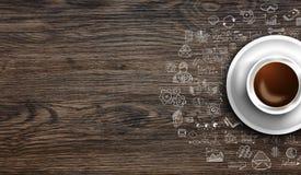 Шаблон предпосылки Infograph с свежим кофе на реальном деревянном столе Стоковая Фотография