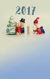 Шаблон плаката приглашения Нового Года Деревянная семья зажимки для белья с чудом рождества ребенк ждать Подарки сумки Санта Клау Стоковые Фото
