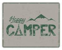 Шаблон плаката счастливого туриста Шатер, горы и знак текста Ретро дизайн цветов Пешая эмблема Изолированный вектор запаса бесплатная иллюстрация