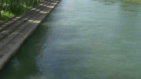 Шагать на берег реки видеоматериал