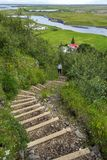 Шаги водя вниз к деревне Kirkjubaejarklaustur через зеленую растительность Муниципалитет Skaftarhreppur южной Исландии стоковая фотография