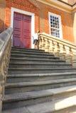 Шаги восходят к двери большего исторического особняка стоковые фотографии rf