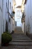 Шаги в милый переулок в Tavira, Португалии Стоковое Изображение