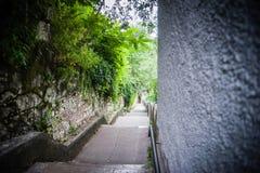 Шаги города которые водят к старому городку стоковые изображения rf