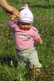 шаги девушки младенца первые Стоковые Изображения